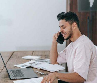 UN homme fait du phoning pour gagner de l'argent